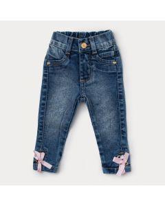 Calça Jeans Infantil Menina Azul com Detalhe de Laço Rosa